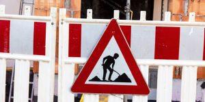 Baustelle mit Warnschild