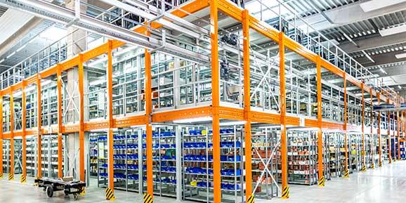 Kommissionierbuehne im Logistikzentrum der CA Brill GmbH